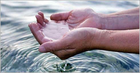 manos_agua_rio